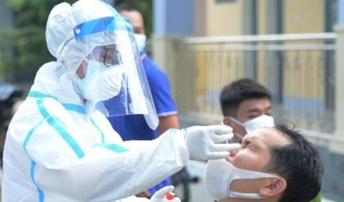 Nhân viên y tế lấy mẫu xét nghiệm COVID-19