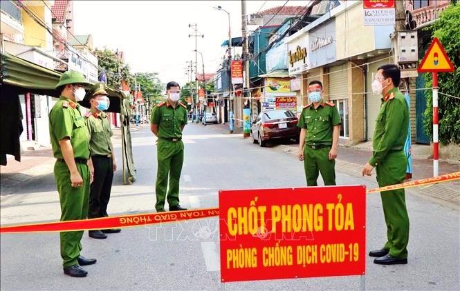 Thành phố Hà Tĩnh lập chốt phòng dịch COVID-19 ở các địa bàn có nguy cơ cao. Ảnh: TTXVN