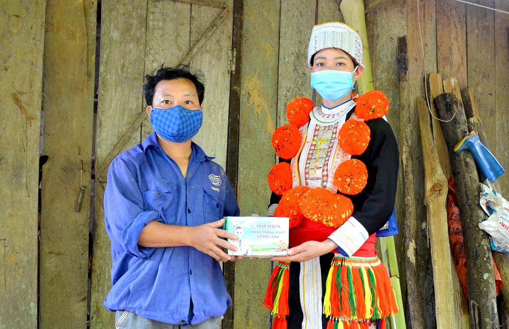 Tặng khẩu trang cho gia đình anh Bàn Văn Cán, thôn Nà Lạ, xã Sơn Phú (Na Hang).
