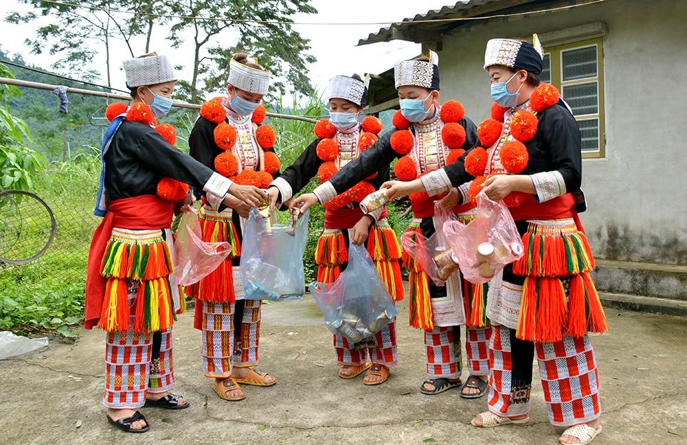Phụ nữ thôn Nà Lạ, xã Sơn Phú (Na Hang) tập kết rác thải để quy đổi ra khẩu trang phát cho hộ nghèo.