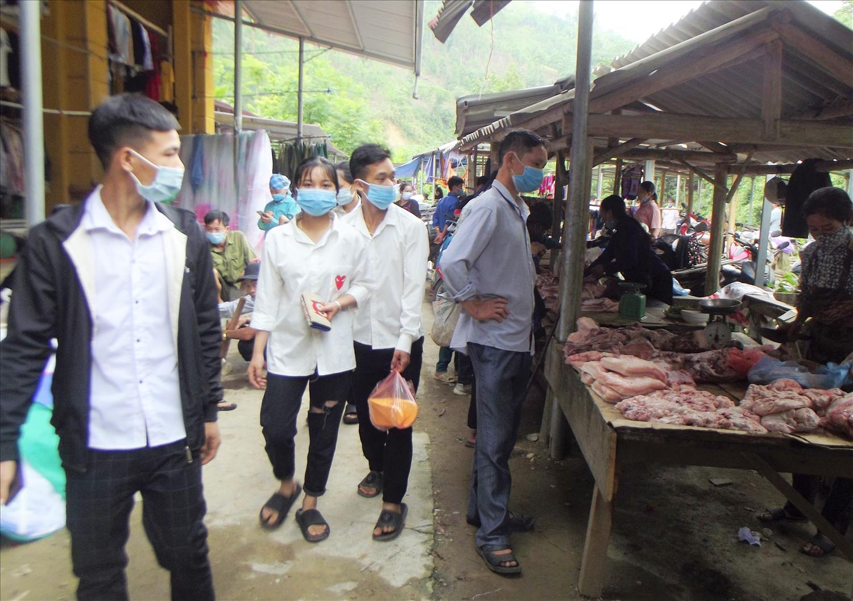 Nhờ làm tốt công tác tuyên truyền, người dân xã vùng cao Nậm Lúc đã nghiêm túc đeo khẩu trang khi đi chợ