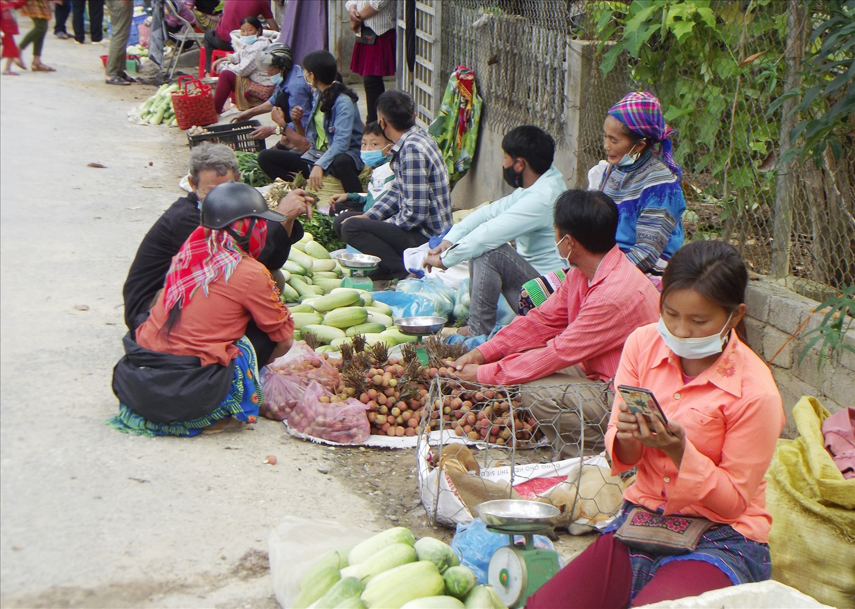 Bà con vùng cao xã Nậm Lúc đi chợ bán nông sản đã thực hiện đeo khẩu trang để phòng, chống dịch