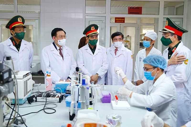 Chủ tịch Quốc hội Vương Đình Huệ thăm Phòng xét nghiệm