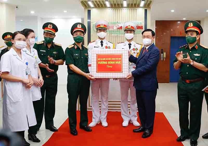 Chủ tịch Quốc hội Vương Đình Huệ tặng quà Học viện