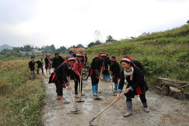 Người dân tỉnh Hà Giang sửa chữa đường giao thông nông thôn. Ảnh: BHG (Ảnh chụp trước tháng 01/2020)
