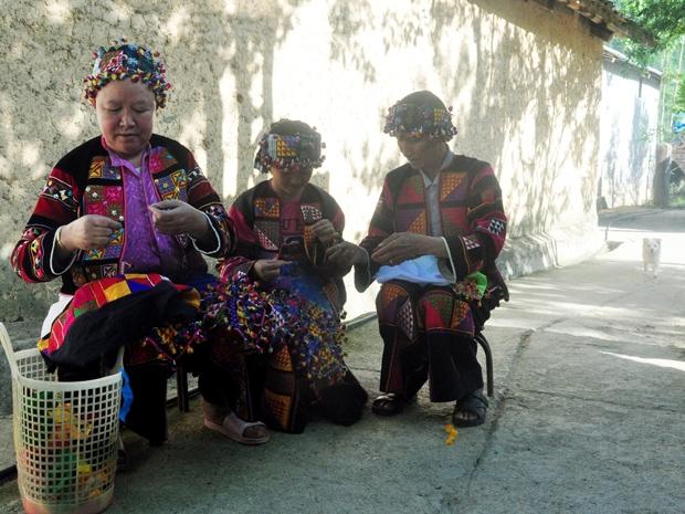 Người Lô Lô thôn Đoàn Kết, xã Sủng Là thêu trang phục truyền thống. (Ảnh chụp trước 25.4.2021).