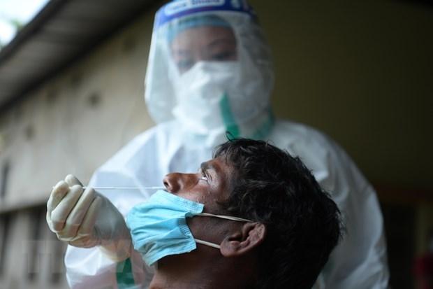 Nhân viên y tế lấy mẫu xét nghiệm COVID-19 cho người dân tại Agartala, Tripura, Ấn Độ, ngày 9/6/2021. (Ảnh: THX/TTXVN)