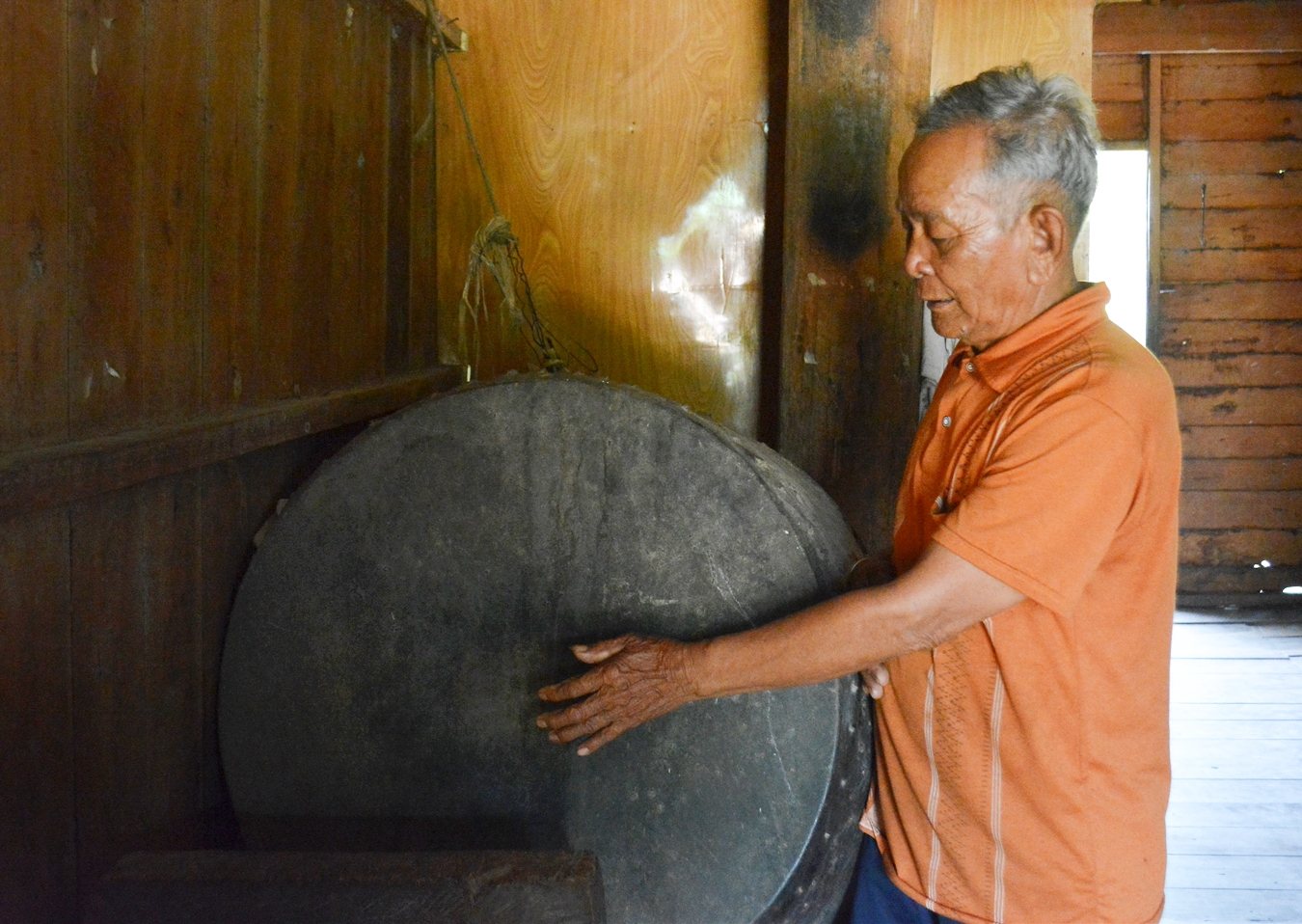 Già làng Ama Hoa gìn gìn chiếc trống cổ