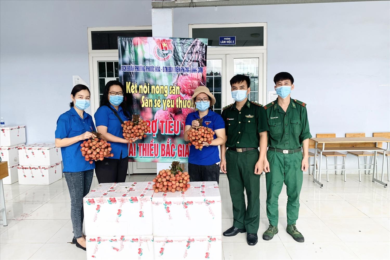 Điểm bán vải thiều tại Trung tâm Văn hóa phường Phước Hòa, thị xã Phú Mỹ, tỉnh Bà Rịa-Vũng Tàu nhằm hỗ trợ tiêu thụ vải thiều cho nông dân Bắc Giang