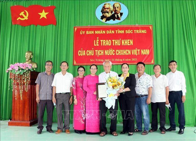 Lãnh đạo tỉnh Sóc Trăng, huyện Châu Thành chụp ảnh lưu niệm cùng cụ Trần Cang và con cháu trong buổi lễ nhận Thư khen của Chủ tịch nước.