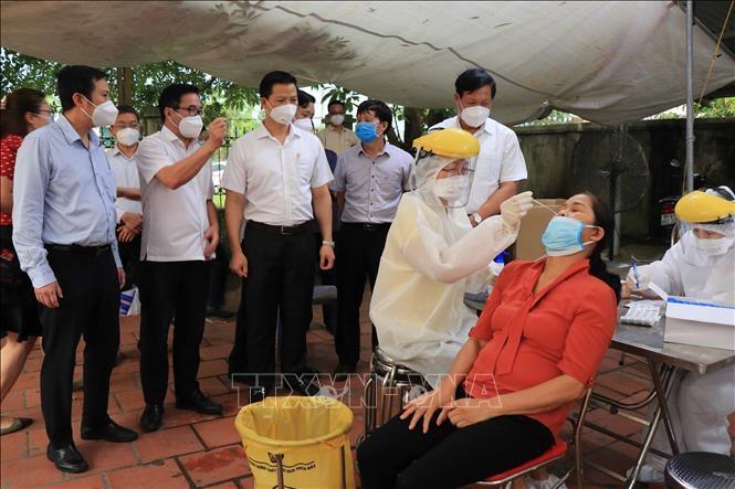 Lấy mẫu xét nghiệm cho người dân TP Bắc Ninh. Ảnh: TTXVN
