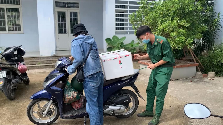 Người dân mua vải thiều ủng hộ nông dân Bắc Giang