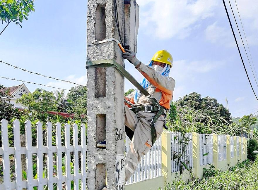 Công nhân EVNNPC làm việc giữa trời nắng để đảm bảo cấp điện cho người dân