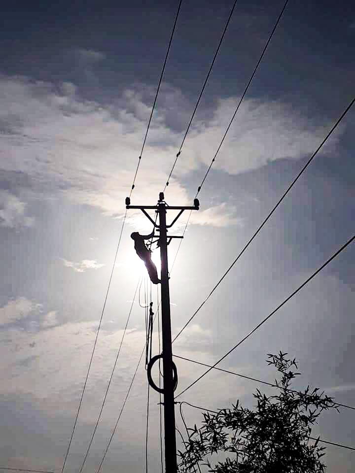 Công nhân ngành điện miền Bắc xử lý sự cố trên lưới trong những ngày nắng nóng gay gắt