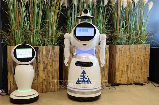 Robot James (bên trái) và Robot CRUZR có khả năng kiểm tra thân nhiệt và việc đeo khẩu trang của người dân.