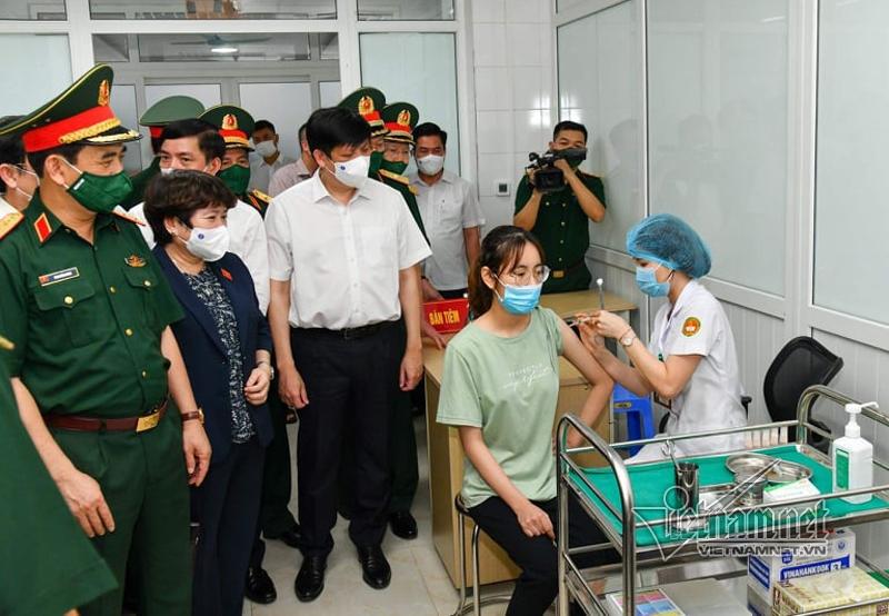 Bộ trưởng Y tế Nguyễn Thanh Long và Bộ trưởng Quốc Phòng Phan Văn Giang hỏi thăm, động viên tình nguyện viên. Ảnh: Phạm Hải