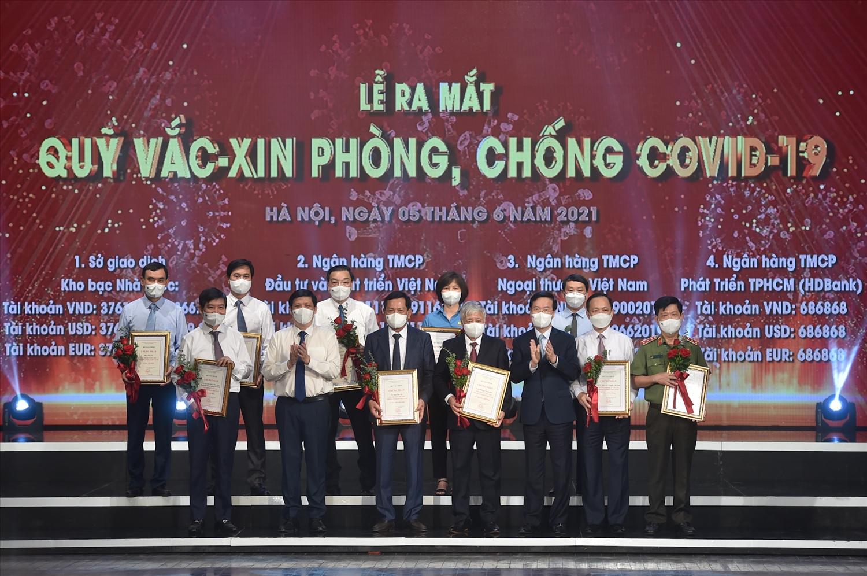 Thường trực Ban Bí thư Võ Văn Thưởng, Bộ trưởng Bộ Y tế Nguyễn Thanh Long và đại diện bộ ngành, DN đóng góp cho Quỹ vaccine phòng chống COVID-19. Ảnh VGP.