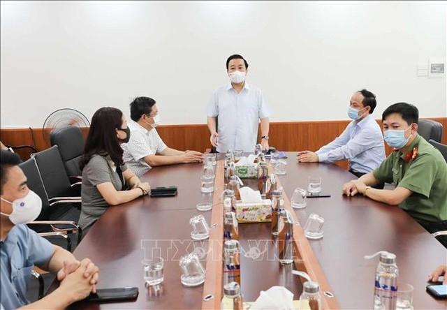Phó Chủ tịch UBND thành phố Hà Nội Chử Xuân Dũng - Trưởng Ban Chỉ đạo thi, tuyển sinh thành phố Hà Nội năm học 2021-2022 làm việc với Ban Chỉ đạo thi và tuyển sinh quận Hoàn Kiếm. Ảnh: TTXVN