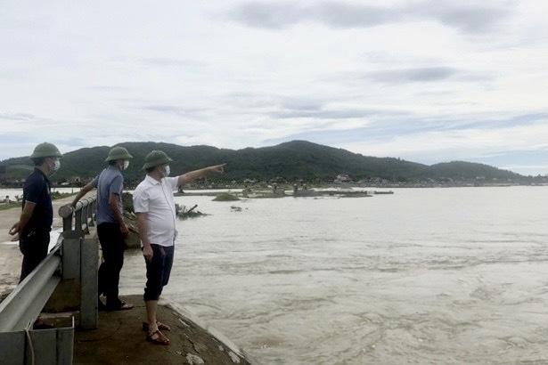 Cán bộ huyện Kỳ Anh đi kiểm tra các khu vực bị ngập úng trên địa bàn huyện