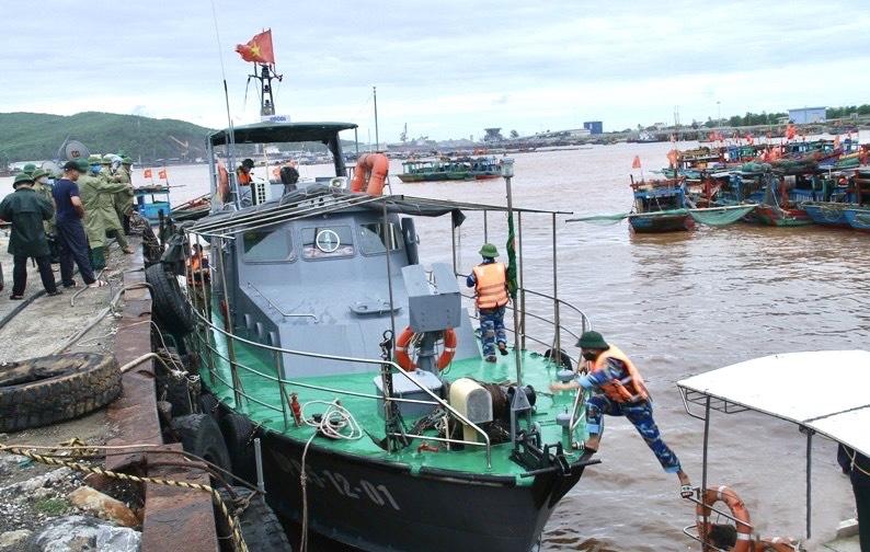 Cán bộ, chiến sỹ Hải đội 2 chuẩn bị xuất phát tham gia tìm kiếm ngư dân trôi dạt trên biển.
