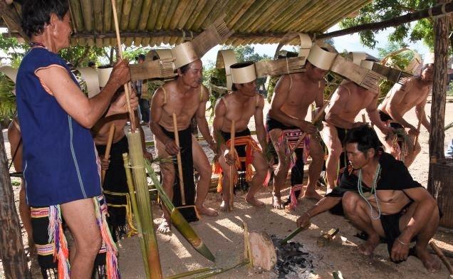 Những người lấy than và già làng làm nghi lễ tại nhà rèn công cụ