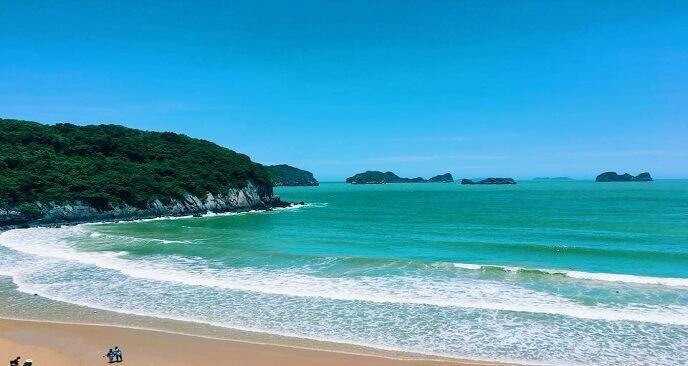 Bãi biển Đồ Sơn với bãi cát trắng và núi non xanh mát