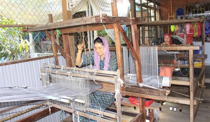 Nghề dệt thổ cẩm vẫn được giữ gìn và phát triển ở làng Chăm xã Châu Phong, thị xã Tân Châu. Ảnh: Đăng Bảy