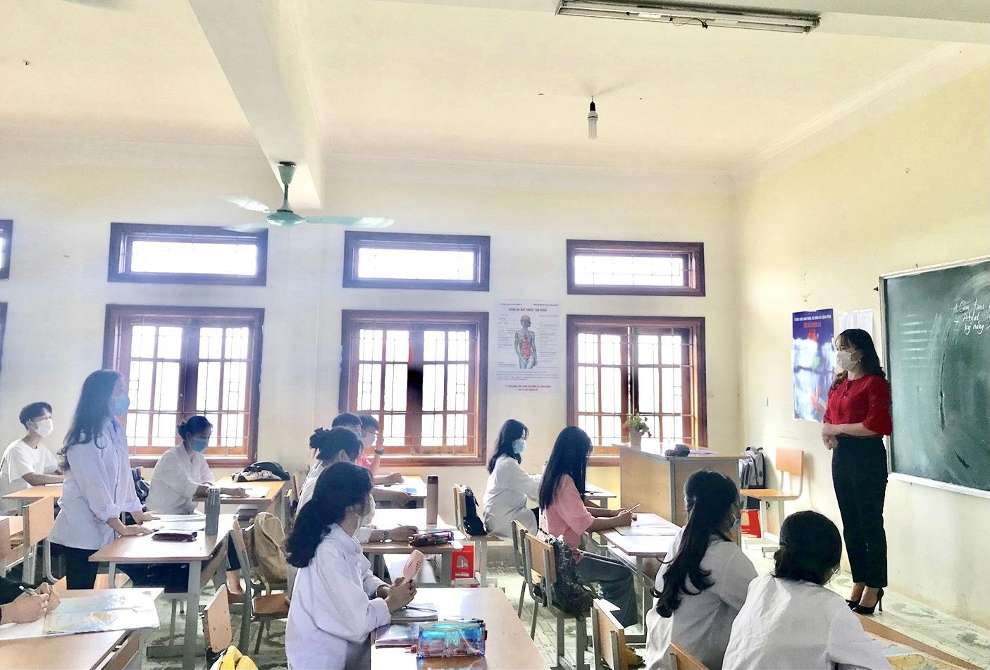 Học sinh lớp 12 Trường THPT Tân Uyên (huyện Tân Uyên, Lai Châu) ôn thi tốt nghiệp, thực hiện nghiêm công tác phòng, chống Covid -19