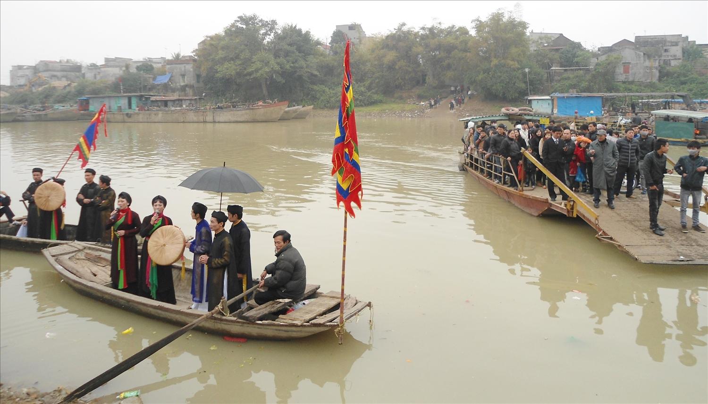 Cảnh hát đón bạn trên sông Cầu ở làng Thổ Hà
