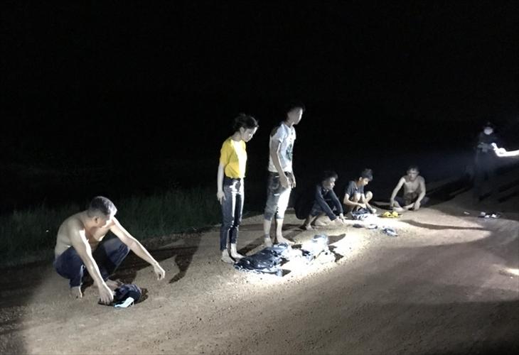Nhóm 6 người xuất cảnh trái phép vừa bị Đồn Biên phòng Phước Chỉ bắt giữ. Ảnh: Lê Quân