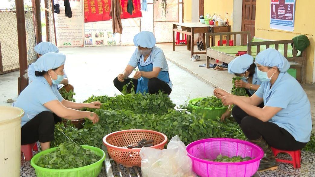 Các nhân viên nhà bếp chuẩn bị bữa ăn cho học sinh Trường PTDTNT THPT tỉnh