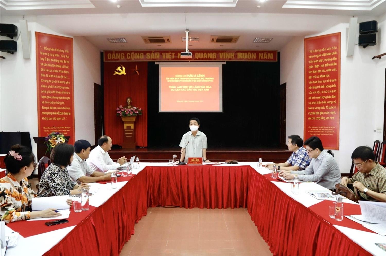 Bộ trưởng, Chủ nhiệm Hầu A Lềnh phát biểu chỉ đạo tại buổi làm việc với Ban Quản lý Làng Văn hóa.