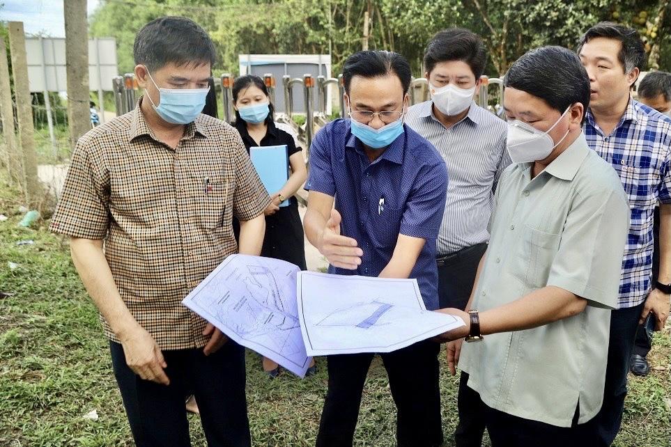 Bộ trưởng, Chủ nhiệm Hầu A Lềnh kiểm tra thực địa khu đất dự kiến xây dựng Học viện Dân tộc tại Làng Văn hóa.