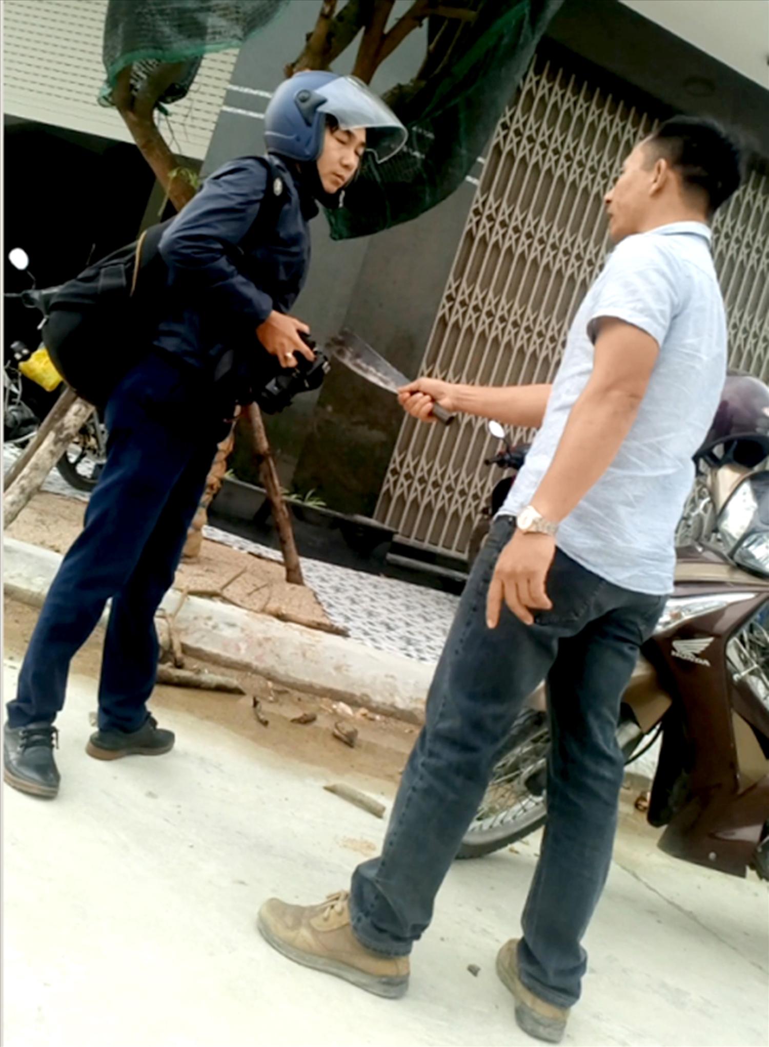 PV báo Nông thôn ngày nay bị một đối tượng lạ mặt đánh, dùng dao uy hiếp, dọa giết khi đang tác nghiệp.