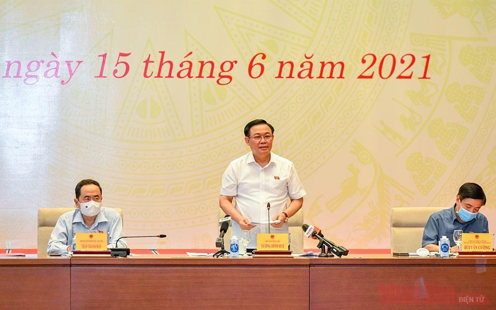 Chủ tịch Quốc hội Vương Đình Huệ phát biểu ý kiến tại buổi làm việc.