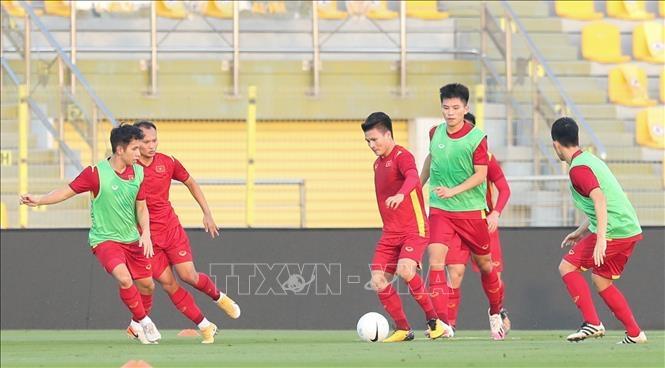 Đội tuyển Việt Nam tập làm quen sân Zabeel.