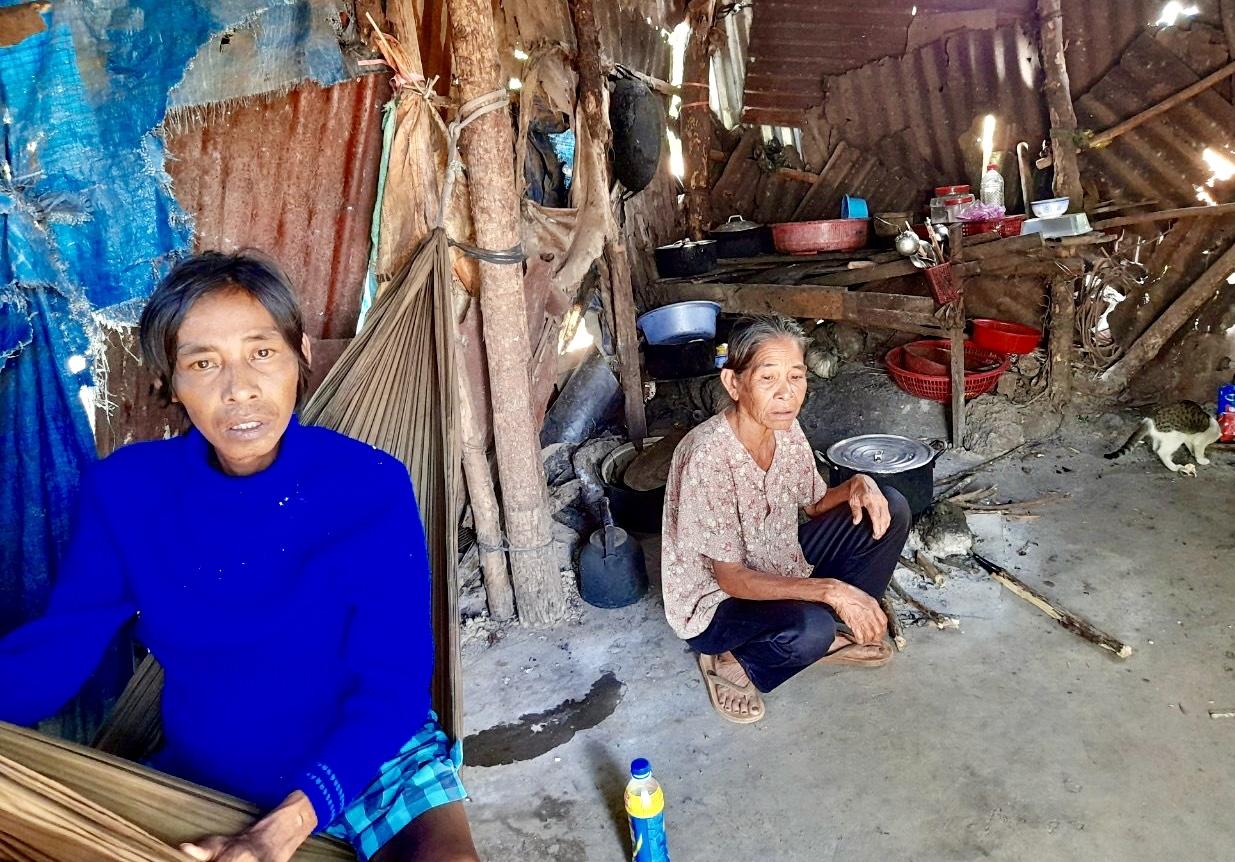 Anh Phạm Văn Hậu (áo xanh) con của bà Nguyễn Thị Nghẹ (dân tộc Chơ Ro) ở ấp Thuận An từng bị nhóm đối tượng xấu đánh phải nhập viện