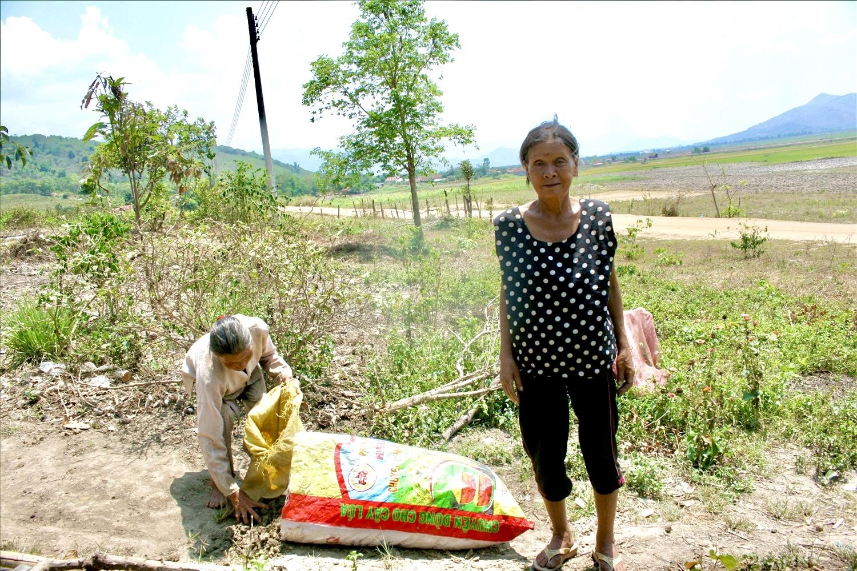 Những người phụ nữ nghèo khổ ở buôn Ea Nông B, xã Vụ Bổn, huyện Krông Pắc, tỉnh Đắk Lắk