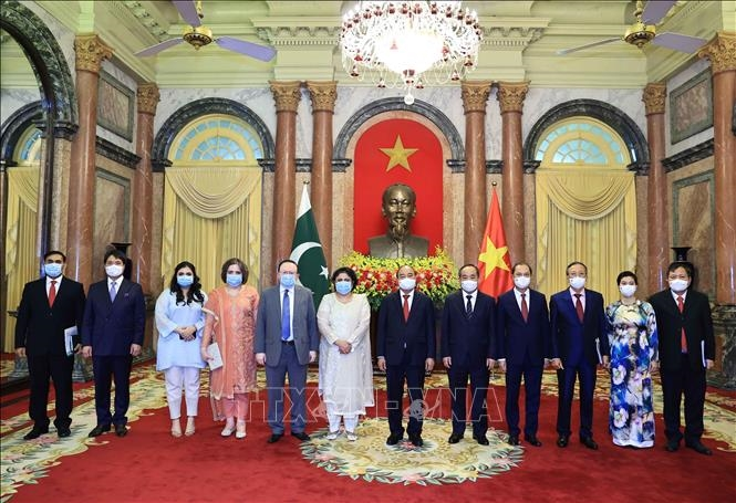 Chủ tịch nước Nguyễn Xuân Phúc và Đại sứ Pakistan Samina Mehtab tại Lễ trình Quốc thư. Ảnh: Thống Nhất/TTXVN