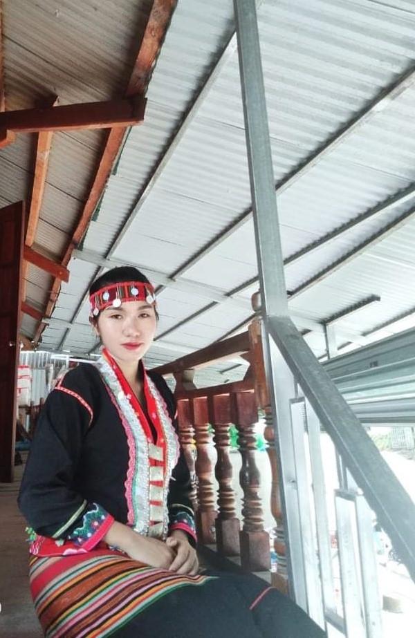 Đại biểu Quàng Thị Nguyệt trong trang phục truyền thống của dân tộc Khơ Mú