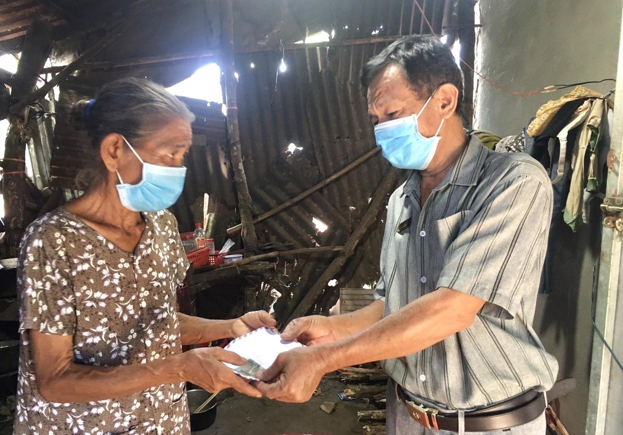 Nhà báo Lưu Tiến Dũng, Báo Nhân đạo và Đời sống trao quà cho bà Nguyễn Thị Nghẹ