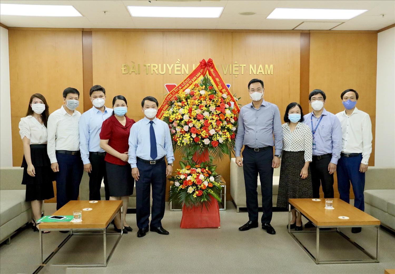 Bộ trưởng, Chủ nhiệm UBDT Hầu A Lềnh tặng hoa chúc mừng Đài Truyền hình Việt Nam