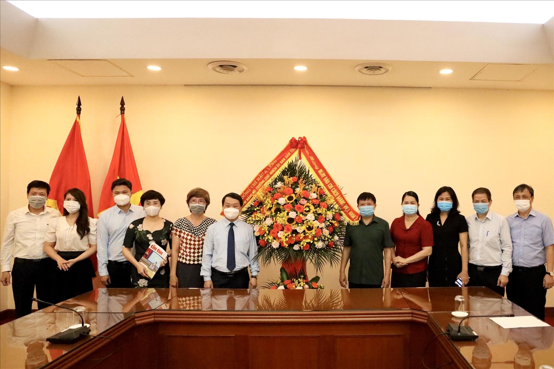Bộ trưởng, Chủ nhiệm UBDT Hầu A Lềnh tặng hoa chúc mừng Thông Tấn xã Việt Nam