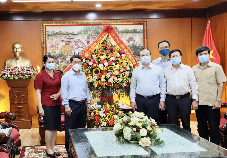 Bộ trưởng, Chủ nhiệm UBDT Hầu A Lềnh tặng hoa chúc mừng Đài Tiếng nói Việt Nam