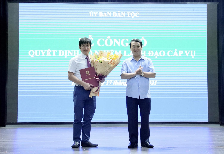 Bộ trưởng, Chủ nhiệm UBDT Hầu A Lềnh trao quyết định bổ nhiệm cho ông Nguyễn Văn Hanh