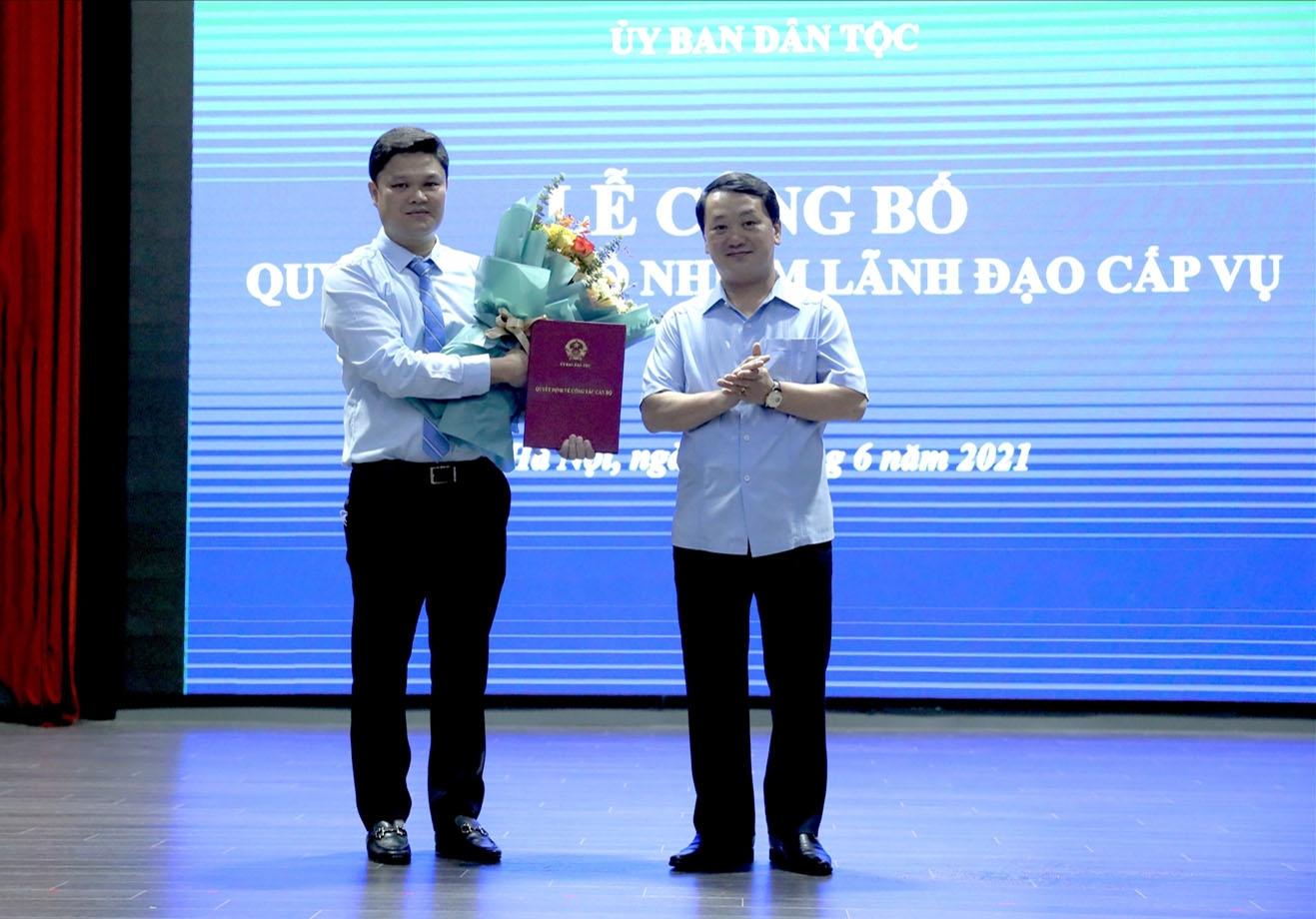 Bộ trưởng, Chủ nhiệm UBDT Hầu A Lềnh trao quyết định bổ nhiệm cho ông Bùi Quốc Thắng