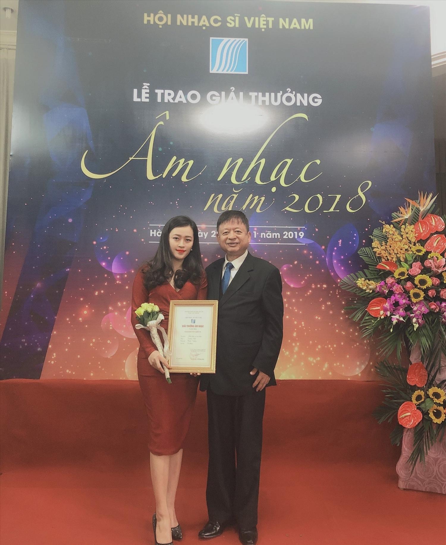 Nhạc sĩ Đỗ Hồng Quân, Chủ tịch Hội Nhạc sĩ Việt Nam trao giải thưởng cho nhạc sĩ trẻ Trang Anh.