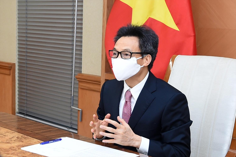 Tại cuộc họp trực tuyến với Giám đốc WHO khu vực Tây Thái Bình Dương, Phó Thủ tướng Vũ Đức Đam khẳng định, Chính phủ Việt Nam quyết tâm và nỗ lực đẩy nhanh triển khai chiến lược tiêm chủng vaccine nhằm sớm đạt miễn dịch cộng đồng. Ảnh: VGP/Đình Nam