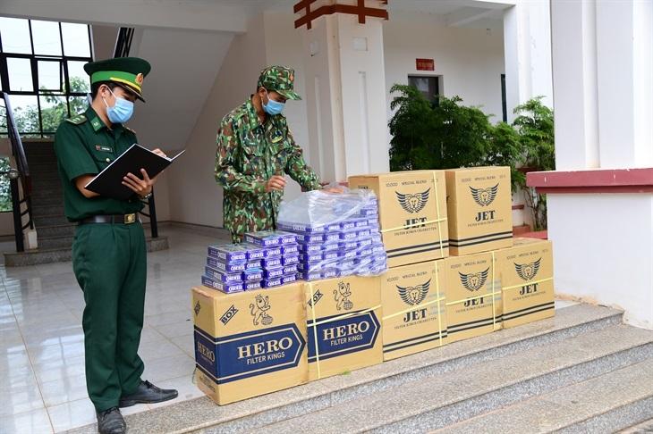 Đồn Biên phòng cửa khẩu Quốc tế Hoa Lư kiểm đếm tang vật. Ảnh: Hồng Ánh/BBP