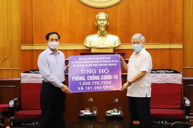 Chủ tịch Uỷ ban Trung ương MTTQ Việt Nam Đỗ Văn Chiến tiếp nhận ủng hộ từ Bộ trưởng Bộ Ngoại giao Bùi Thanh Sơn số tiền cộng đồng người Việt Nam ở nước ngoài gửi về